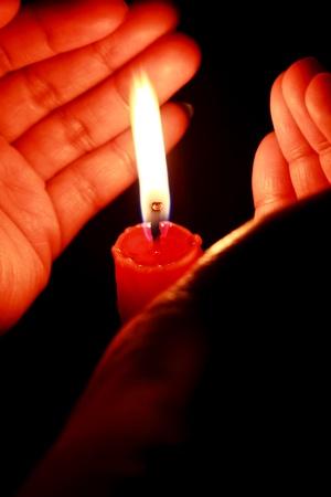 Candle in den Händen der Frauen Standard-Bild