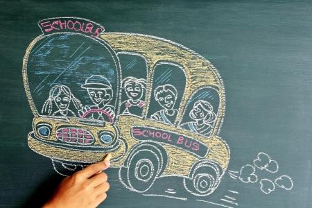 黒板に学校のバスの漫画