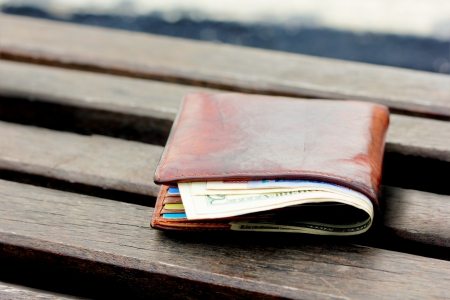庭で椅子に失われた財布 写真素材