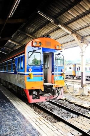 old service station: Vecchia stazione ferroviaria e la stazione di servizio Editoriali