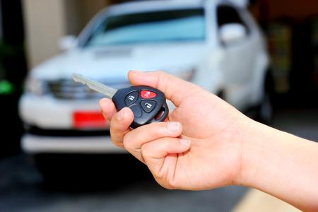 車のキーを持っている女性の手