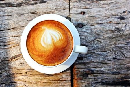 tazzina caff�: Tazza di caff� bianco cappuccino sul tavolo di legno
