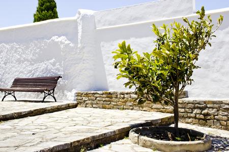 Vue d'un village typique andalou espagnol avec jardin et banc