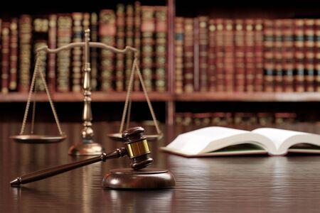 De hamer van het proces, de weegschaal en het beeld van het hele boek van de zes wetten