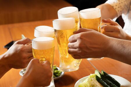 The image of toasting with beer at an izakaya