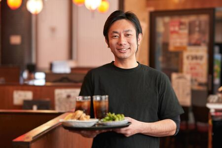 Job opening image of a man working in an izakaya