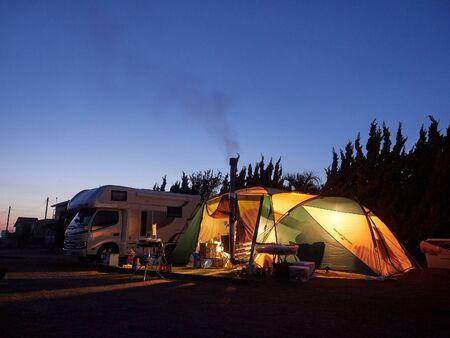 日没後の青い瞬間に包まれたキャンプテント 写真素材