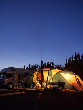 日没後の青い瞬間に包まれたキャンプテント