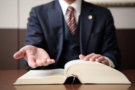 Die Hand des Anwalts, um nach Erlösung zu greifen
