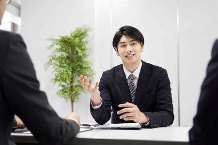 Japanese male businessman explaining face-to-face 版權商用圖片