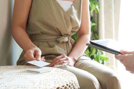 Japanese woman doing cashless payment at beauty salon Banco de Imagens - 153851538