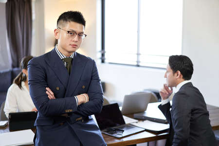 Man with arm folds at Asian and Latin English conversation meeting