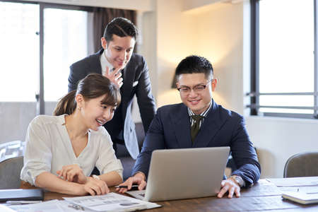 Asian and Latin business person ing web conference on pc 版權商用圖片