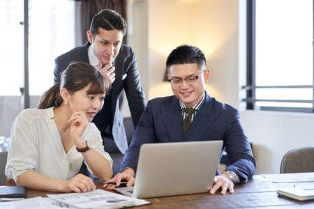 Business person d'e1 with online meetings Banco de Imagens