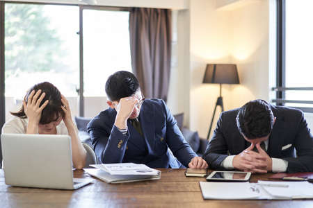 Asian and Latin business people who don't work well 版權商用圖片