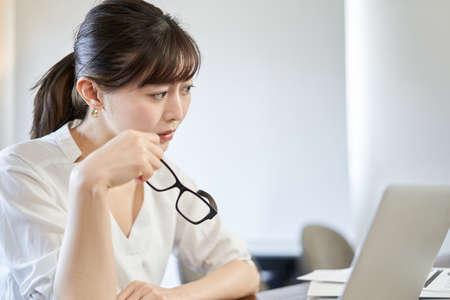 Asian woman who hates teleworking 版權商用圖片