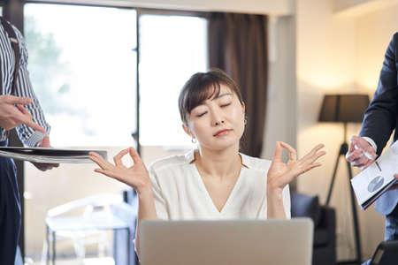 Asian woman businesswoman ignoring opinion Banco de Imagens