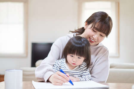 Asian mom drawing with child at table Reklamní fotografie