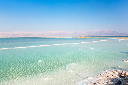 Blick auf die Küste des Toten Meeres. Salzkristalle bei Sonnenuntergang. Textur des Toten Meeres. Salziges Seeufer