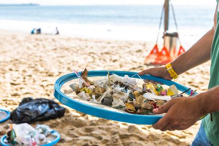 Limpieza de playas. Limpieza de playas sucias por la acción del hombre. Sostenibilidad del planeta y preservación de la naturaleza. Foto de archivo
