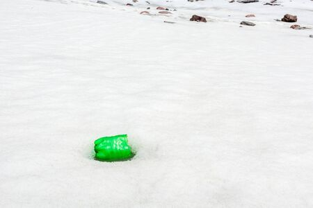Garbage scattered over snowy mountain. Let's save the planet and recycle the excess garbage. Pollution Concept Stockfoto