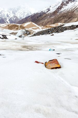Garbage scattered over snowy mountain. Let's save the planet and recycle the excess garbage. Pollution Concept 版權商用圖片
