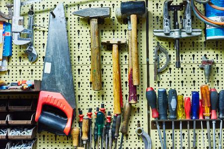 Wand voller Werkzeuge Werkbank mit vielen Tools Hämmer, Sägen, Schraubendreher und Co Standard-Bild