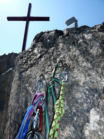 karabiner: protection on top of rock