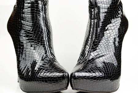 Negro botas de cocodrilo mujeres aisladas en blanco photo