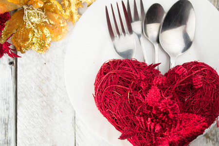Centrepiece: Valentine table setting in gold and red tone on wooden table
