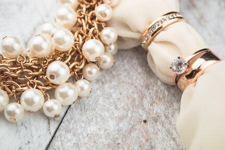 anillo de compromiso: Anillos de bodas de oro en el fondo de madera blanca Foto de archivo