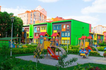 Moderne en kleurrijke Kindergarten School Building Stockfoto