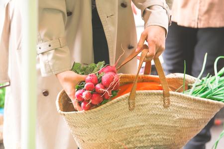 vrouw selecteert groenten en fruit op de boerenmarkt zonder plastic zakken met katoen. levensstijl