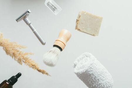 set per la rasatura con rasoio di sicurezza in metallo, spazzola in legno e sapone. concetto di levitazione oggetti volanti Archivio Fotografico