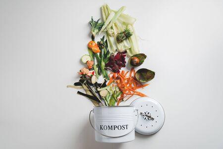 cestino per il compostaggio con gli avanzi della cucina. concetto di riciclo scarpate Archivio Fotografico