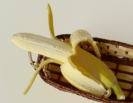 open a banana in a basket