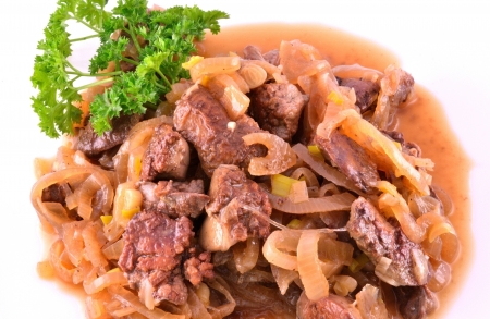 higado de pollo: hígado guisado con cebolla
