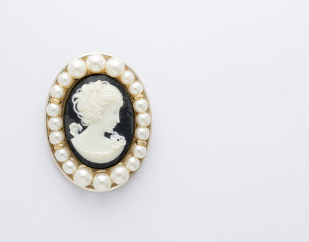 Signore spilla a forma di cammei con perle Archivio Fotografico - 26561599