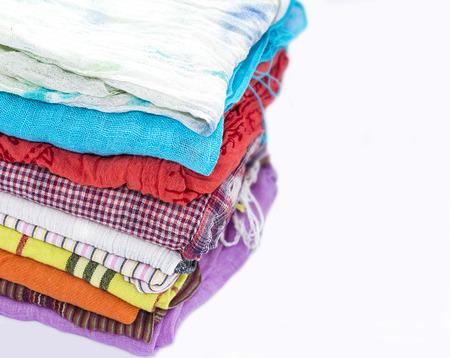 bufandas: pila de bufandas de las mujeres