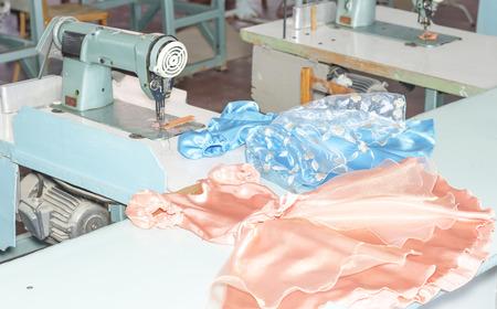 maquinas de coser: vestido de los ni�os cosen en m�quinas de coser Foto de archivo