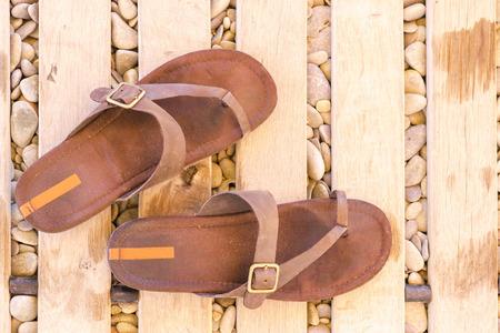 sandalias: viejas chancletas en la playa