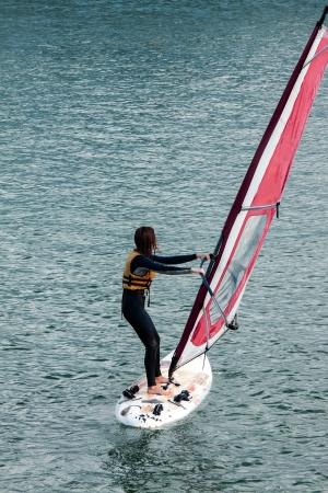 �ber Wasser: Nicht erkennbare Person eines Windsurfer M�dchen auf dem Wasser