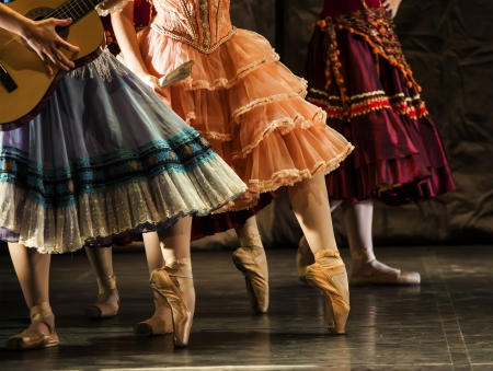 pirouette: dancers in ballet shoes