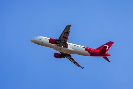 jetblue: TEL AVIV, ISRAELE - 12 luglio: Airbus A320 Sky Airline (Air Malta), tenendo fuori dal Ben Gurion International Airport il 12 luglio 2013 a Tel Aviv, Israele. Pu� ospitare 150 passeggeri.