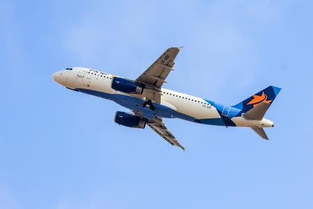 jetblue: TEL AVIV, ISRAELE - 12 luglio: Airbus A320 Israir Airlines decollo dalla Ben Gurion International Airport il 12 Luglio 2013 a Tel Aviv, Israele. Pu� ospitare 150 passeggeri. Editoriali