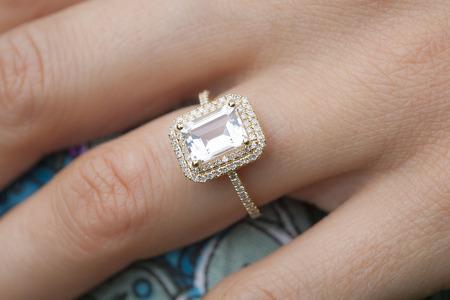 anillo de compromiso: anillo de compromiso en la mano de la mujer
