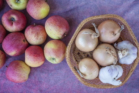 onion: manzanas, ajo y la cebolla en el pa�o Foto de archivo