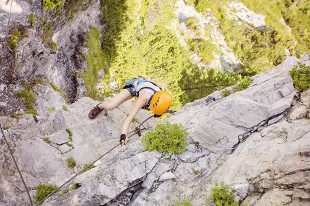 Klettersteig Weibl : Frau klettern klettersteig gosausee Österreich lizenzfreie fotos