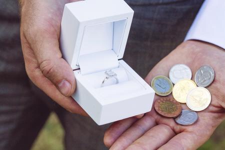 男性が婚約指輪を購入