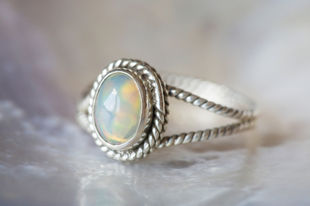 Beautiful silver ring with natural opal gemstone 版權商用圖片